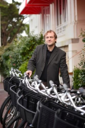 Didier van Cauwelaert choisit un vélo en sortant de l'hôtel Royal Thalasso Barrière